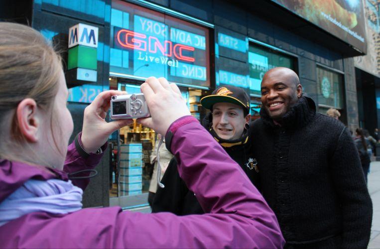 Lutador faz questão de parar e tirar foto com um fãs enquanto caminha pelas ruas de Nova York