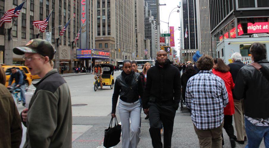 Tranquilo e todo cheio de roupa por causa do frio, Anderson Silva passeia por Nova York