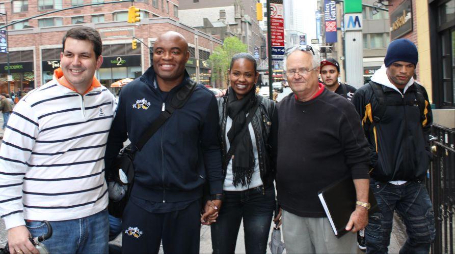Mais uma paradinha para atender fãs pelas ruas de Nova York e Anderson Silva continua com a mesma expressão de felicidade