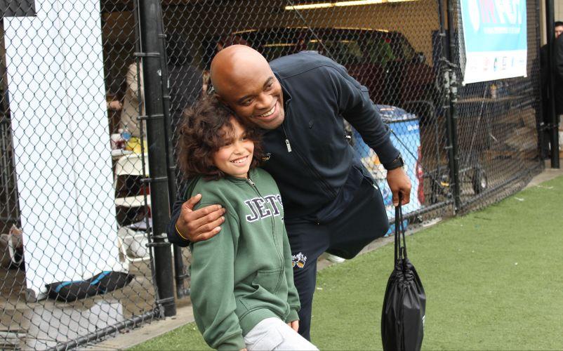 Já em um evento realizado no estádio do Cosmos, Anderson Silva enche a criança de alegria ao abraçá-lo durante a foto
