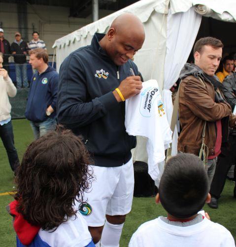 Além das fotos, Anderson Silva também não nega autógrafo para o fã no evento realizado no estádio do Cosmos