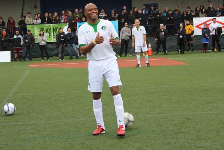 Antes de bater uma bola com personalidades do esporte mundial, Anderson Silva posa para mais umas fotos no estádio do Cosmos