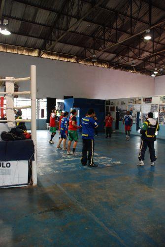 Equipe brasileira se aquece para treinamento em Santo Amaro, zona sul de São Paulo.