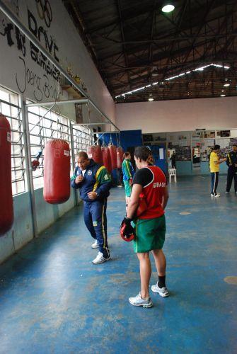Cláudio Aires explica exercício para Roseli Feitosa durante treino.