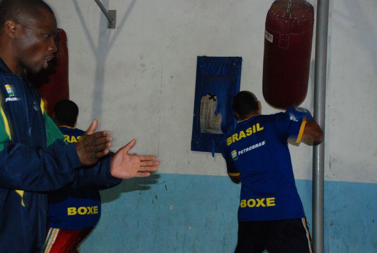 Membro da comissão técnica brasileira incentiva David Costa (direita) e Everton Lopes durante treinamento.