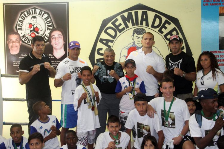 Lutadores Minotauro, Minotouro, Vitor Belfort e Jnior Cigano visitam academia no Morro do Cantagalo, no Rio de Janeiro
