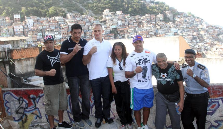 Lutadores Minotauro, Minotouro, Vitor Belfort e Jnior Cigano visitam o Morro do Cantagalo, no Rio de Janeiro