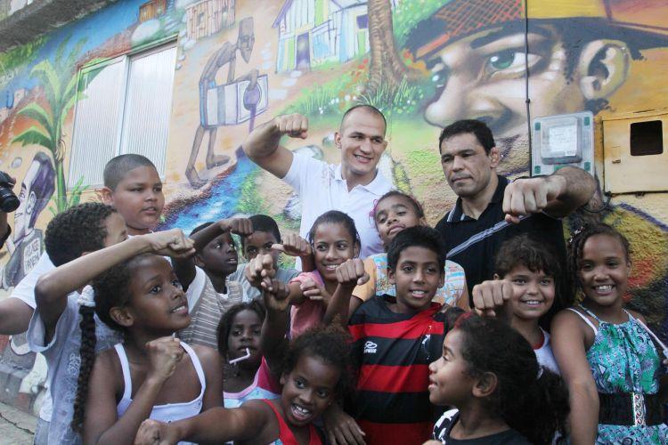 Júnior Cigano e Minotauro posam para fotos com crianças em evento no Morro do Cantagalo