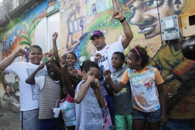 Vitor Belfort posa para fotos com crianas em evento no Morro do Cantagalo