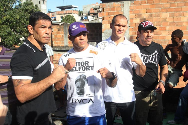 Lutadores Minotauro, Minotouro, Vitor Belfort e Jnior Cigano posam para fotos durante visita ao Morro do Cantagalo, no Rio de Janeiro