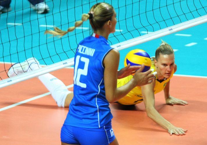 Francesca Piccinini comemora ponto italiano após Mari não conseguir fazer defesa