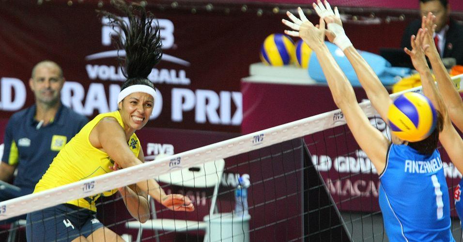 Paula Pequeno ataca para a seleção brasileira na vitória diante da Itália por 3 sets a 0