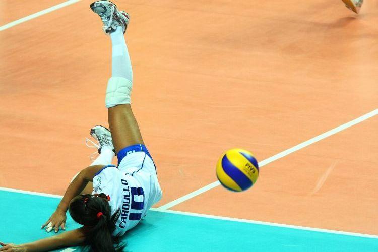 Líbero italiana Paola Cardullo não consegue fazer defesa na vitória do Brasil