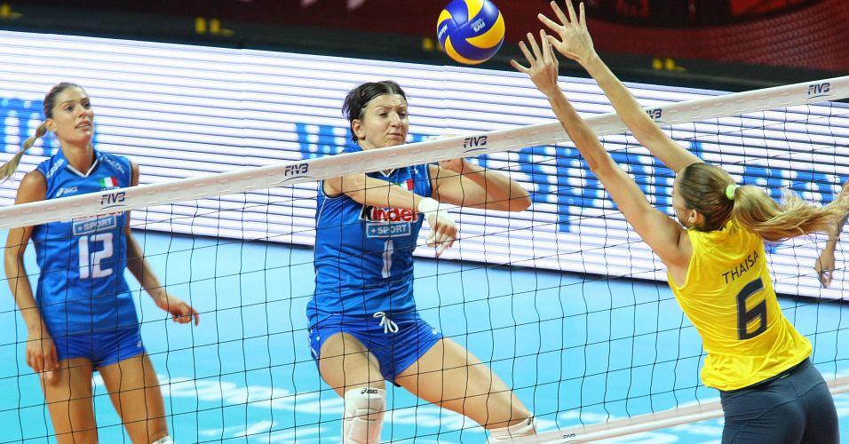 Observada por Piccinini, Thaisa tenta parar ataque da italiana Anzanello no bloqueio