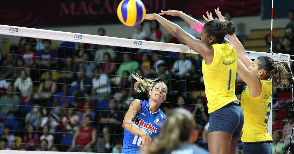 Francesca Piccinini tenta ataque contra o bloqueio de Fabiana na vitória brasileira sobre as italianas