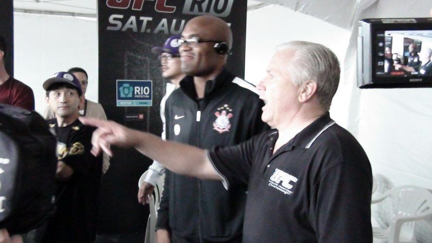 Vestindo agasalho do Corinthians, Anderson Silva observa treino ao ar livre na praia de Copacabana