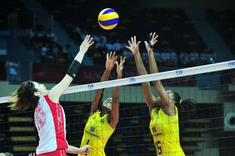 Na madrugada desta quinta-feira (25), o Brasil derrotou o Japão por 3 sets a 0 (parciais de 25-17, 25-22 e 25-21), manteve o aproveitamento de 100% no Grand Prix e avançou para as semifinais da competição