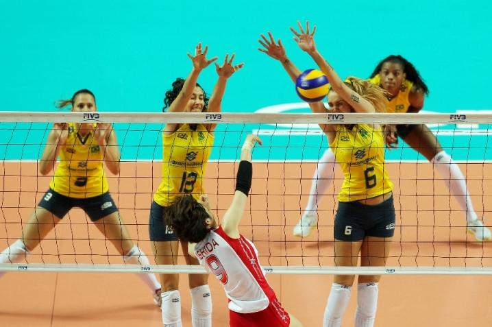 Sheilla e Thaisa bloqueiam ataque do Japão. Brasileiras venceram por 3 sets a 0 (parciais de 25-17, 25-22 e 25-21) em Macau e se classificaram para as semifinais do Grand Prix