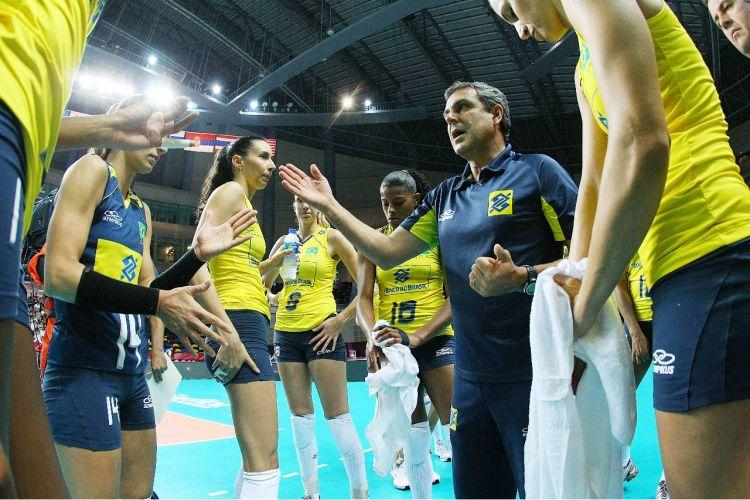 O técnico José Roberto Guimarães orienta as jogadoras da seleção brasileira. Equipe derrotou o Japão por 3 sets a 0 (parciais de 25-17, 25-22 e 25-21) em Macau, manteve o aproveitamento de 100% no Grand Prix e se classificou para as semifinais da competição