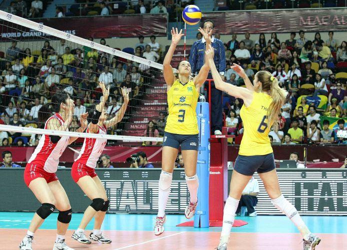 Brasil venceu o Japão por 3 sets a 0 (parciais de 25-17, 25-22 e 25-21), manteve o aproveitamento de 100% e se classificou para as semifinais do Grand Prix