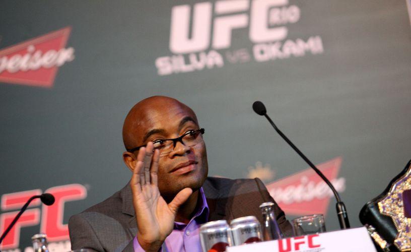 Brasileiro Anderson Silva faz caras e bocas durante a entrevista coletiva dos lutadores do UFC Rio, em hotel na Zona Sul do Rio de Janeiro