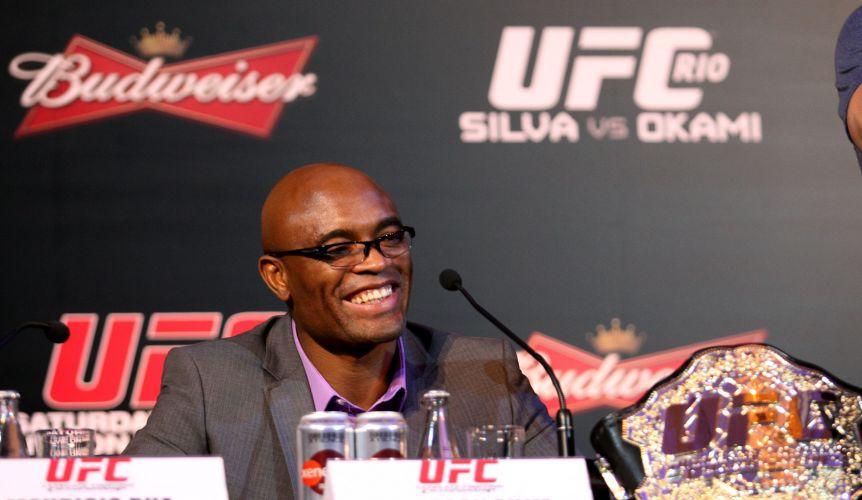 Anderson Silva mostrou-se sorridente durante a entrevista coletiva dos lutadores do UFC Rio, em hotel na Zona Sul do Rio de Janeiro, nesta quinta-feira