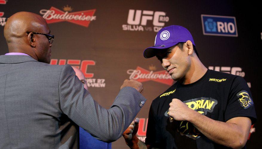 Anderson Silva e Yushin Okami se encaram durante a entrevista coletiva dos lutadores do UFC Rio. Os dois se enfrentarão no sábado