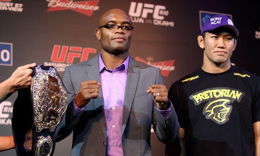 Antes de receber o cinturão, Anderson Silva posa ao lado de Yushin Okami, adversário no combate de sábado, no UFC Rio