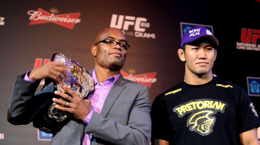Anderson Silva, com o cinturão, posa ao lado do japonês Yushin Okami, adversário no combate de sábado, no UFC Rio