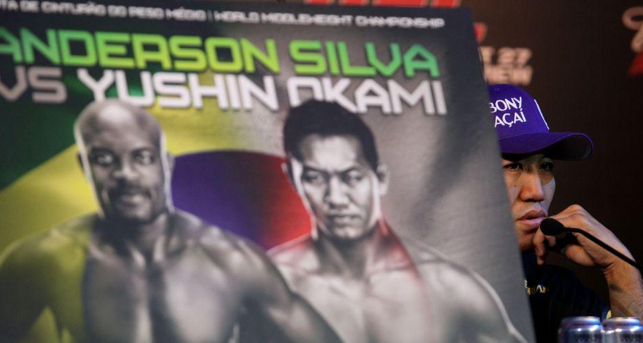 Banner anuncia o combate entre o brasileiro Anderson Silva e o japonês Yushin Okami, no UFC Rio, no sábado