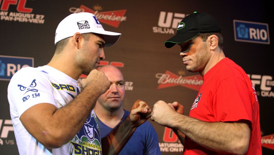 Maurcio Shogun e Forrest Griffin, rivais no sbado, se encaram em pose para foto durante a entrevista coletiva dos lutadores no UFC Rio
