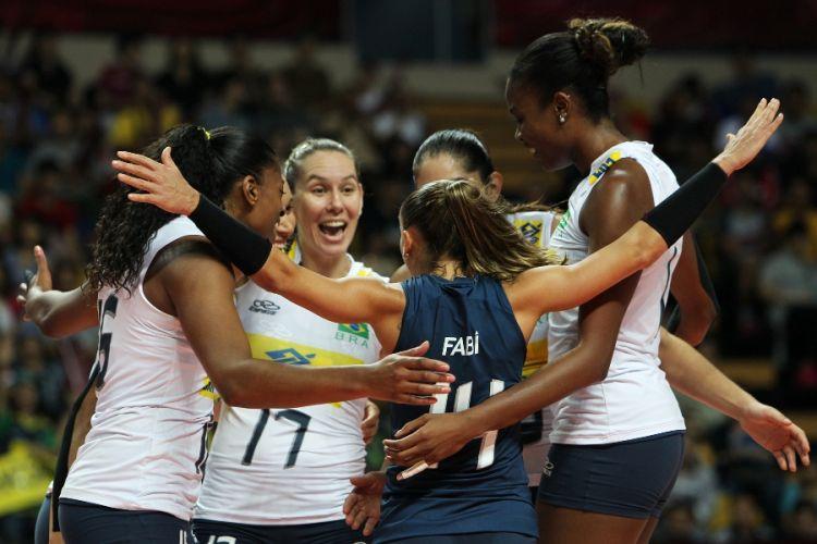 Brasileiras comemoram ponto durante a vitória por 3 sets a 1 sobre os Estados Unidos, em Macau (CHN)