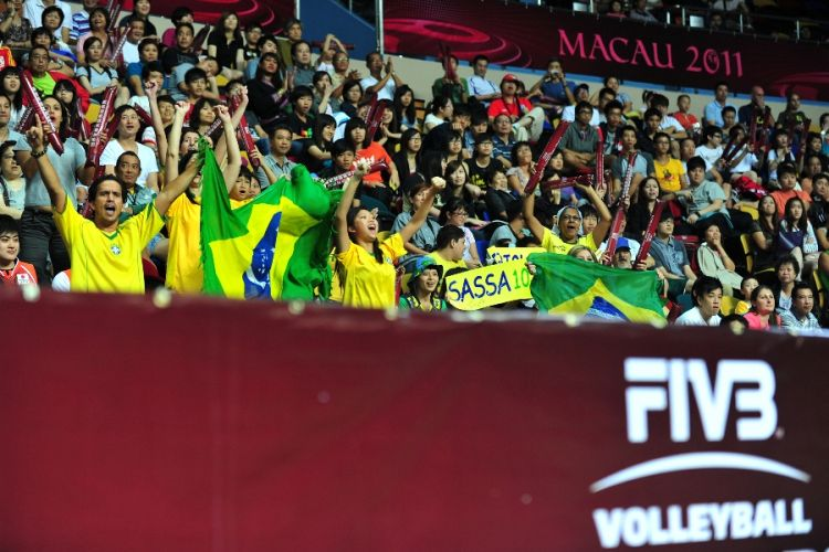 Torcida brasileira apoiou a seleção durante a vitória sobre os Estados Unidos, por 3 sets a 1