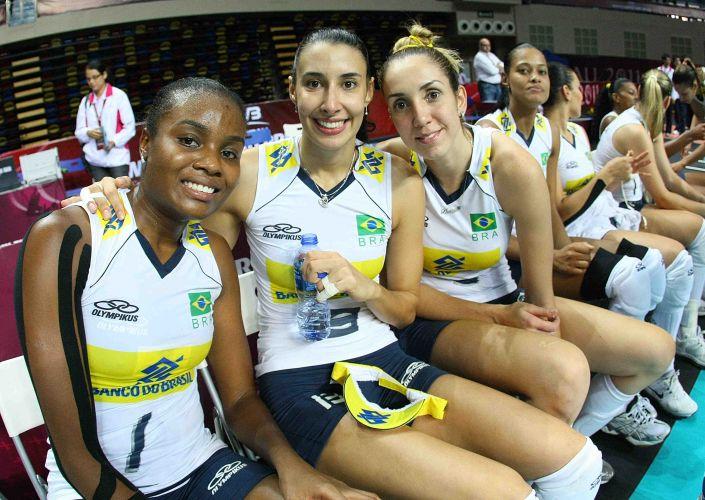 Fabiana, Sheilla e Thaísa sorriem após o triunfo sobre os Estados Unidos
