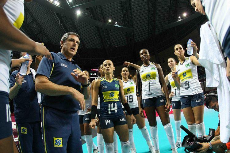 José Roberto Guimarães passa instruções para as brasileiras durante a partida contra os Estados Unidos