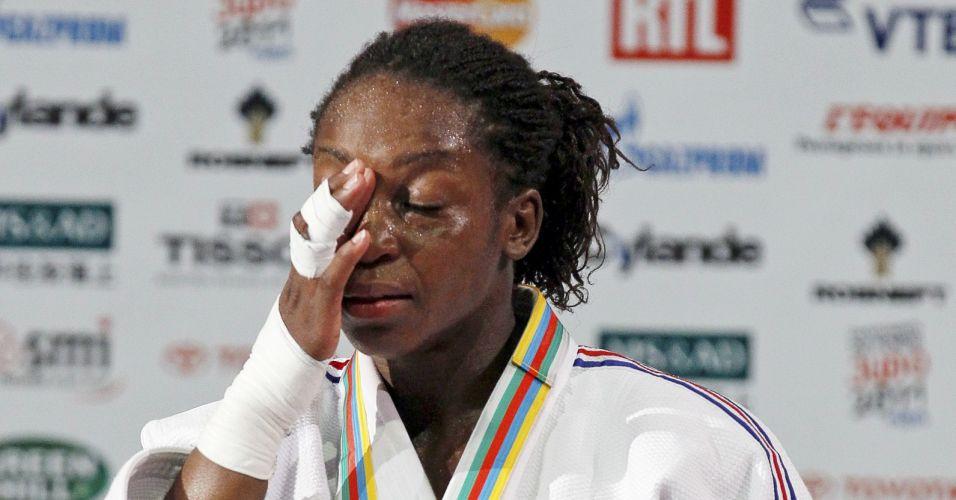 Maior chorona do Mundial, Gevrise Emane limpa lágrimas no pódio: ela foi a primeira francesa campeã mundial em Paris, na categoria até 63kg