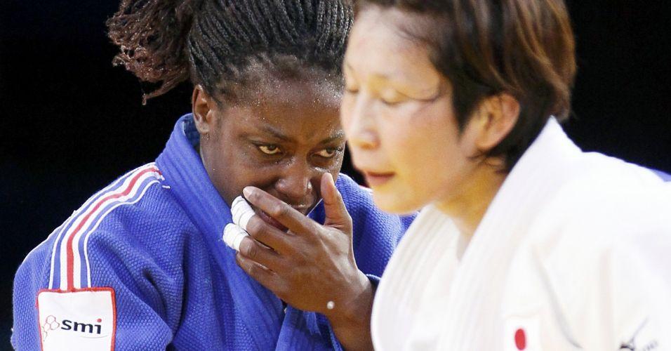 Novamente Gevrise Emane, agora ao cumprimentar Yoshie Ueno após vencer. A japonesa, apesar da derrota, não esboçou reação