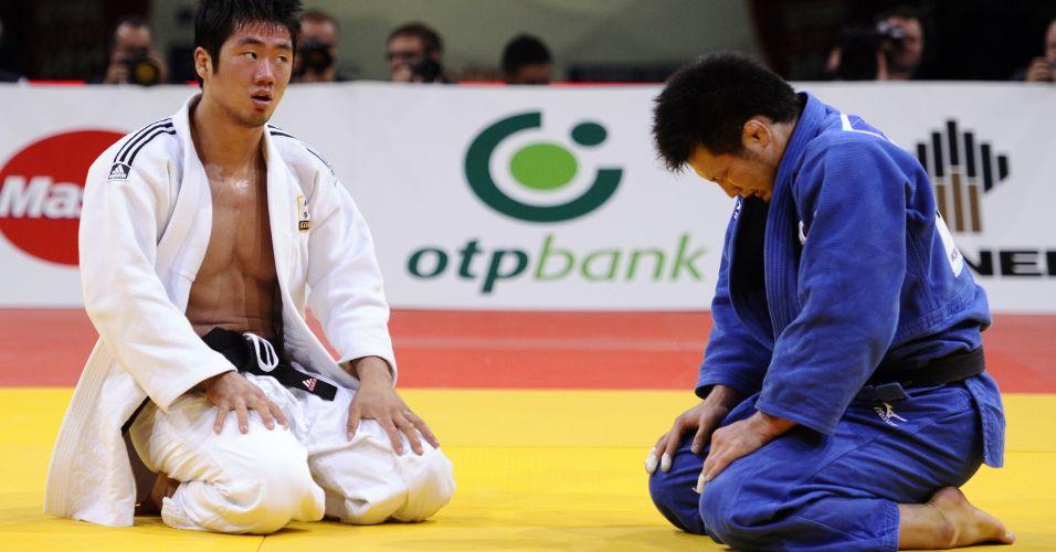 Agora, a prova de que o a foto anterior merecia estar no álbum: Takashi Ono, de cabeça baixa, tenta esconder a emoção pela medalha de bronze