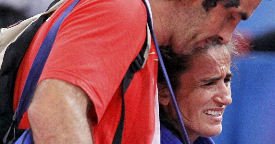 O choro de Isabel Fernandez é diferente dos outros: ela se machucou durante a luta contra Kaori Matsumoto, do Japão, na categoria até 73kg