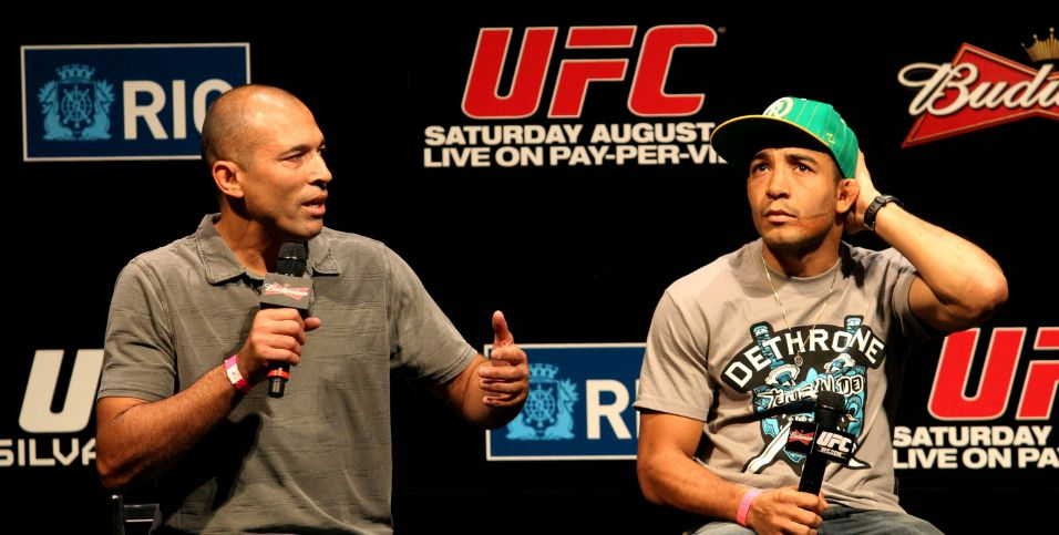 Primeiro grande vencedor do UFC, Royce Gracie (esquerda) participa do evento de pesagem nesta sexta-feira, no Rio de Janeiro