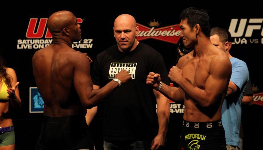 Anderson Silva encara japonês Yushin Okami sob o olhar de Dana White, pesagem do UFC Rio