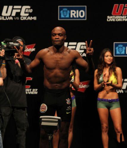 Anderson Silva posa para fotógrafos durante pesagem do UFC Rio. Público presente na HSBC Arena hostilizou os adversários dos lutadores brasileiros