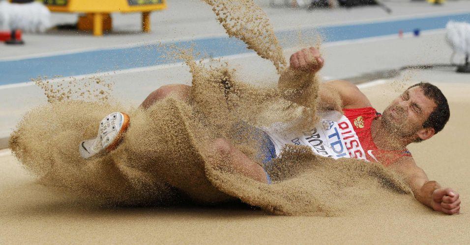 O russo Aleksey Drozdov durante a disputa do salto em distância do decatlo