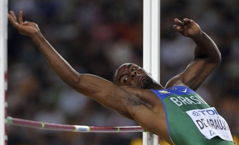 O brasileiro Luiz Alberto durante salto em altura, uma das provas do decatlo