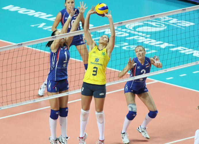 Observada pela rede russa, levantadora Dani Lins tenta ação na vitória do Brasil por 3 a 0 sobre as atuais campeãs mundiais na semifinal do Grand Prix