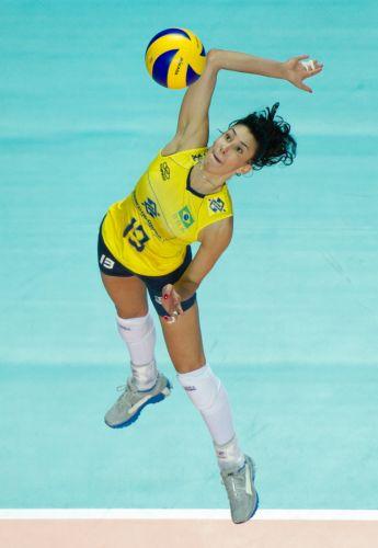 Oposta Sheilla projeta o corpo durante ataque na vitória brasileira por 3 a 0 sobre a Rússia na semifinal do Grand Prix