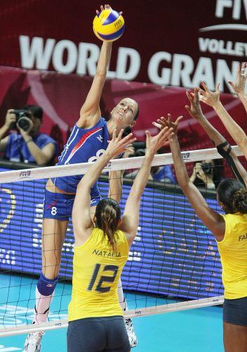 Bloqueio brasileiro tenta frear ataque de Goncharova, segunda maior pontuadora da Rússia na vitória verde-amarela por 3 a 0 na semifinal do Grand Prix