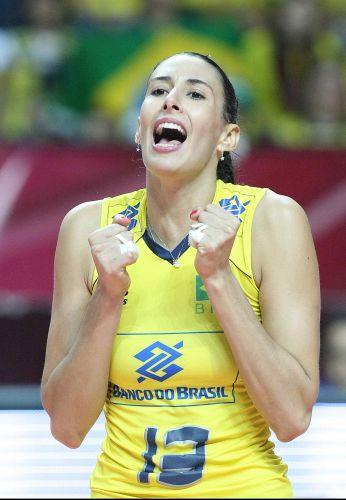 Oposta Sheilla festeja ponto na vitória do Brasil por 3 a 0 sobre a atual campeã mundial Rússia na semifinal do Grand Prix