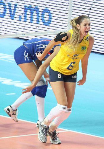 Em ótima fase, central Thaísa comanda o Brasil na vitória por 3 a 0 sobre a Rússia, que colocou o time verde-amarelo na final do Grand Prix
