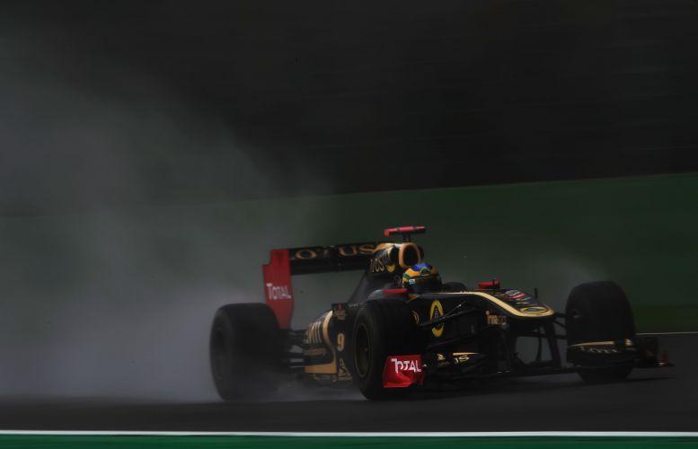Bruno Senna, que substitui Nick Heidfeld, pilota sua Renault pelo circuito de Spa-Francorchamps no treino de classificação para o GP da Bélgica. Brasileiro largará na sétima posição